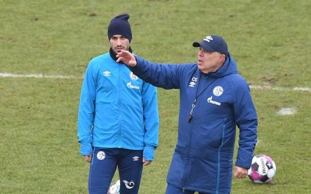 Der neue Schalke-Coach Christian Gross (R) gibt für Suat Serdar und den anderen Spielern die Richtung vor