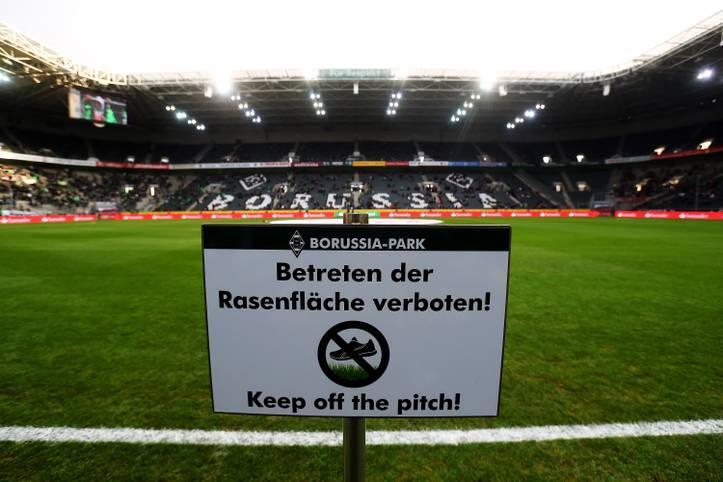 Nanu? Betreten der Rasenfläche verboten? Zum Glück wird das Schild noch vor Beginn der ersten Sonntagspartie zwischen Gladbach und Mainz entfernt. Die Bilder zum 14. Spieltag