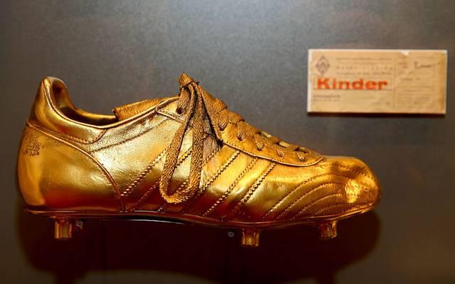 Der Schuh, der das erste Bundesliga-Tor erzielte, steht vergoldet im Deutschen Fußball-Museum