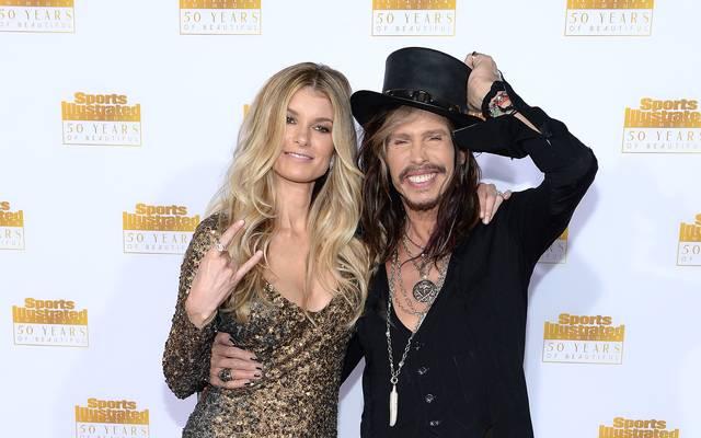Model Marisa Miller feuert im Super Bowl die San Francisco 49ers an - Steven Tyler von Aerosmith hat nichts zu feiern. Sein Patriots sind raus