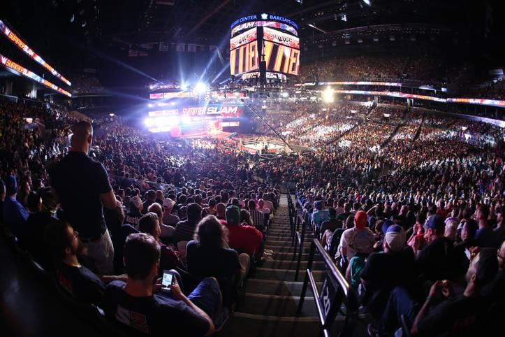 Im Barclays Center in Brooklyn steigt die zweitgrößte WWE-Show des Jahres - der SummerSlam. Was mit einer fröhlichen Lichtershow beginnt...