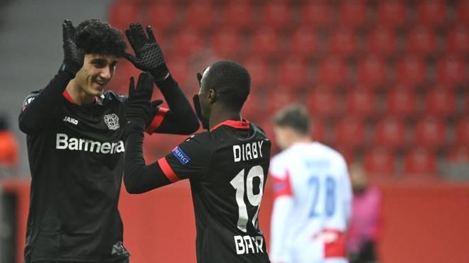 Emrehan Gedikli (l.) erhält einen Profivertrag bei Bayer Leverkusen