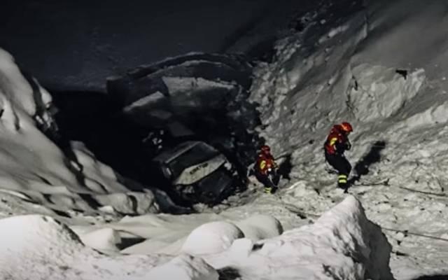 Rettungskräfte bei der Bergung des fast versunkenen Fahrzeugs