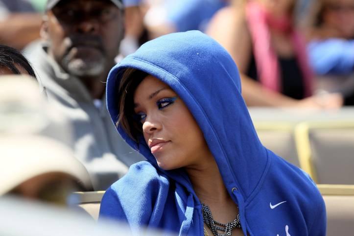 Nanu, wer versteckt sich denn da unter der blauen Kapuze? Es ist Superstar Rihanna, die in der World Series den Los Angeles Dodgers (Spiel 4 ab 2 Uhr LIVE im TV) die Daumen drückt. 2010 datete die Sängerin mit Matt Kemp sogar einen damaligen Spieler des MLB-Teams. SPORT1 zeigt, welche Stars sonst noch bei der World Series mitfiebern