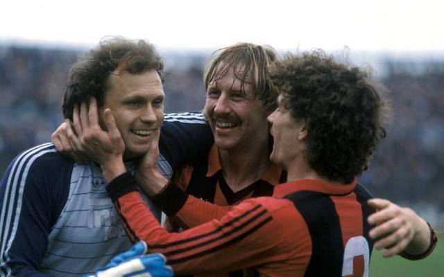 Frankfurt-Torwart Jürgen Pahl (l.) jubelt mit Jürgen Mohr und Ralf Sievers