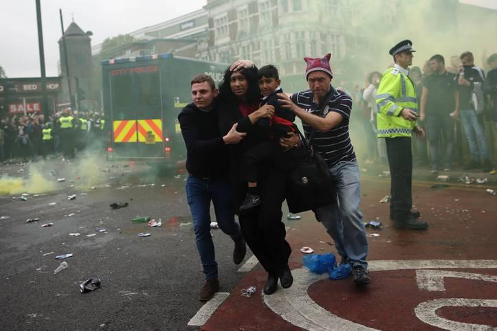 Aus einem Fest zu Ehren des letzten Heimspiels von West Ham United im Boleyn Ground wird zunächst ein hässlicher Abend in Ost-London. Tausende Fans versammeln sich vor dem Spiel gegen Manchester United auf den Straßen, einige werden aggressiv. Eine Frau und ihr Kind werden nach einer Rauchbomben-Attacke in Sicherheit gebracht