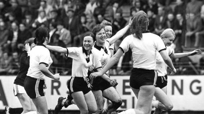 Die Frauen des SC 07 Bad Neuenahr waren Pionierinnen des deutschen Frauenfußballs. Hier sieht man sie beim Torjubel im Jahr 1978