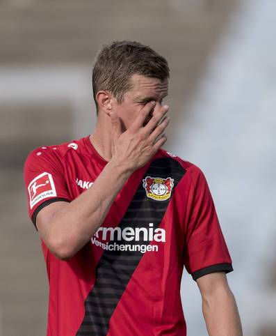 """Willkommen in Leverkusen! Kaum ist der arme Sven Bender vom BVB zu Bayer gewechselt, hat er sich schon wieder im Gesicht verletzt: Im Testspiel gegen Sandhausen brach er sich am Sonntag die Nase. Mittlerweile aber ist er offenbar so gut daran gewöhnt, dass er einfach weiterspielte. Zur Freude von Trainer Heiko Herrlich: """"Er hat sich nach zehn Minuten die Nase gebrochen und trotzdem bis zum Ende versucht, zu fighten"""""""