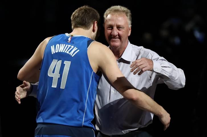 Als Dirk Nowitzki nach dem letzten Heimspiel der Dallas Mavericks sein Karriereende bekannt gibt, sind einige der größten Legenden des Basketball-Sports bereits anwesend. So gibt es für den Würzburger unter anderem eine Umarmung von Larry Bird