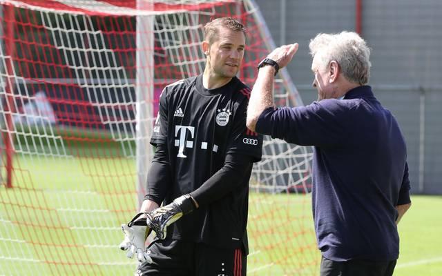 Im August schaute Sepp Maier (r.) mal wieder beim Bayern-Training vorbei und sprach mit Manuel Neuer.