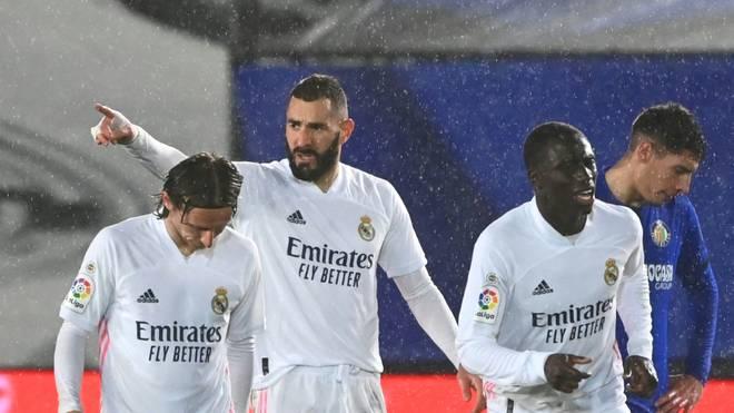 Karim Benzema (M.) brachte Real Madrid gegen Getafe in Führung