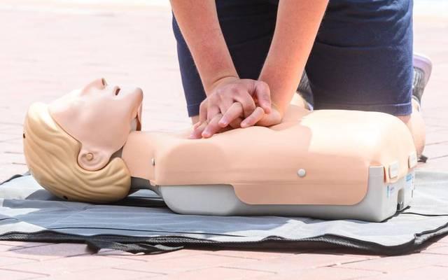 Ersthelfer sollten sich im Fall eines Herzstillstands auf die Herzdruckmassage konzentrieren,raten Experten.