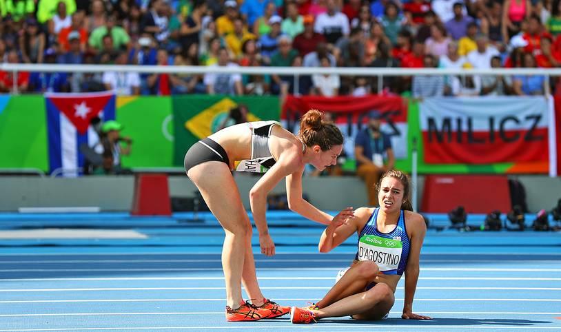 Es ist schon jetzt eines der bewegendsten Bilder der Olympischen Spiele in Rio de Janeiro: Nachdem Nikki Hamblin (l.) und Abbey D'Agostino im Vorlauf über 5000 m gestürzt sind, motiviert D'Agostino die Neuseeländerin zum Weiterlaufen, während Hamblin der am Knie verletzten US-Amerikanerin aufhilft