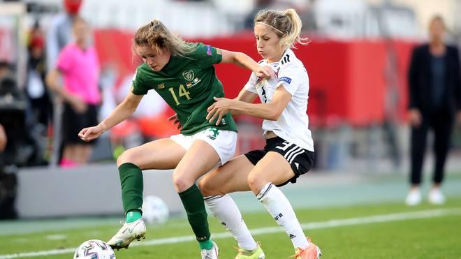 Kathrin Hendrich (re.) attackiert die Irin Heather Payne (li.) im Hinspiel zwischen Deutschland und Irland