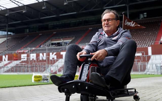 Ewald Lien macht sich über die Fans des FC Bayern lustig