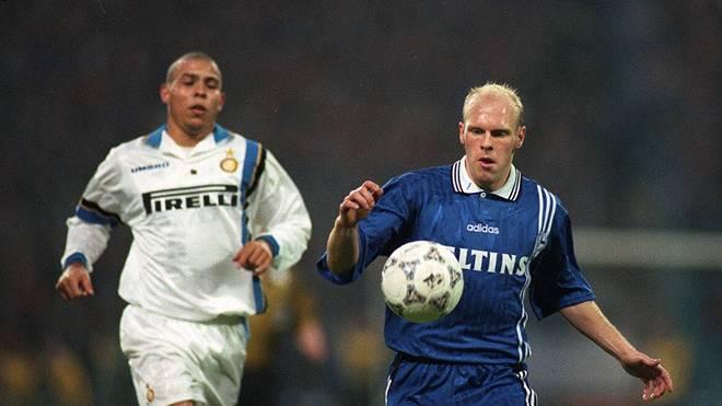 Eines der Karriere-Highlights von Schalkes Yves Eigenrauch (r.) war das UEFA-Cup-Viertelfinale 1997/98 gegen Ronaldo von Inter Mailand