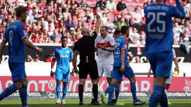 Holger Badstuber wird im Spiel seines VfB Stuttgart gegen Holstein Kiel des Feldes verwiesen
