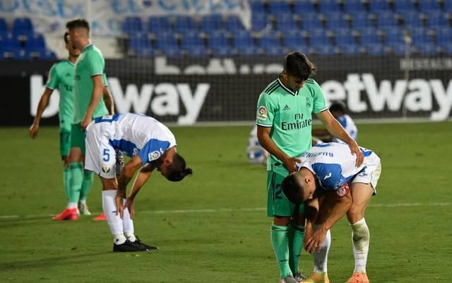 Real Madrids Marco Asensio tröstet Leganes-Verteidiger Unai Bustinza nach dem Abpfiff
