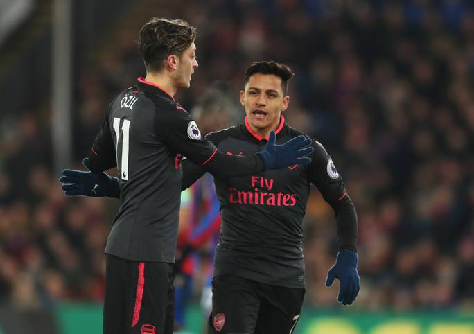 Am 1. Januar öffnet in den meisten Ligen das Transferfenster - und nicht nur bei Mesut Özil (l.) und Alexis Sanchez wird über einen Wechsel spekuliert. Denn: Ihre Verträge bei Arsenal laufen im Sommer aus, dann wären sie nach aktuellem Stand ablösefrei. Nur im Winter könnten sie Arsenal also noch eine Ablöse in die Kasse spülen