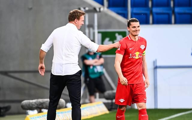 Leipzigs Trainer Julian Nagelsmann (l.) freut sich mit Marcel Sabitzer