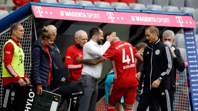 Hasan Salihamidzic beglückwunscht Bayern-Debütant Chris Richards