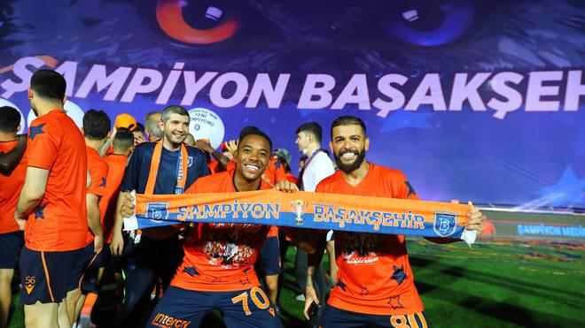 Robinho (vorne links) feiert mit seinen Mitspielern den Meistertitel mit Basaksehir
