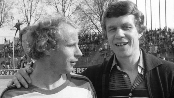 Berti Vogts und Otto Rehhagel beim Halbzeitstand von 6:0 und freundschaftlicher Umarmung im Gespräch