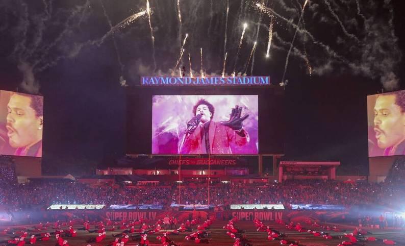 Nicht zu übersehen: Die rund 22.000 Zuschauer verfolgten den Auftritt von The Weeknd bei der Halftime Show beim Super Bowl auf der riesigen Leinwand
