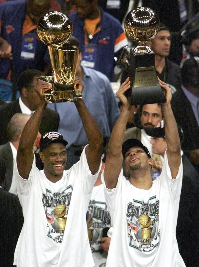 Tim Duncan (r.) und David Robinson (l.) führten die San Antonio Spurs 1999 zur ersten Meisterschaft der Franchise-Geschichte