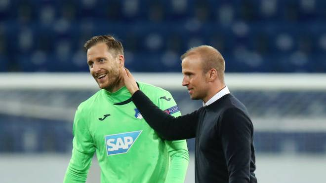 Hoffenheim-Trainer Sebastian Hoeneß feierte mit Torwart Oliver Baumann den Auftaktsieg