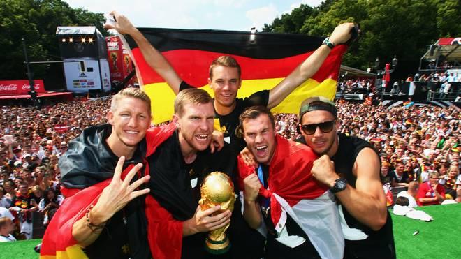 Bastian Schweinsteiger feiert mit Per Mertesacker, Manuel Neuer, Kevin Großkreutz und Lukas Podolski den WM-Titel 2014 in Berlin