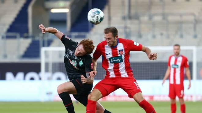 Abwehrspieler Jonas Föhrenbach (r.) wurde positiv auf Corona getestet