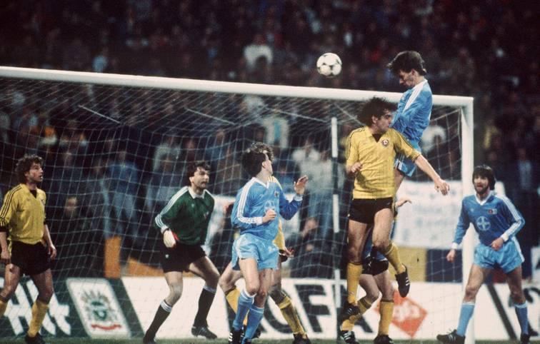 Vor 34 Jahren war Bayer Uerdingen im Viertelfinal-Rückspiel des damaligen Euopapokal der Pokalsieger gegen Dynamo Dresden nach 45 Minuten schon so gut wie draußen. Es folgte eines der irrsten Spiele der Europapokalgeschichte.