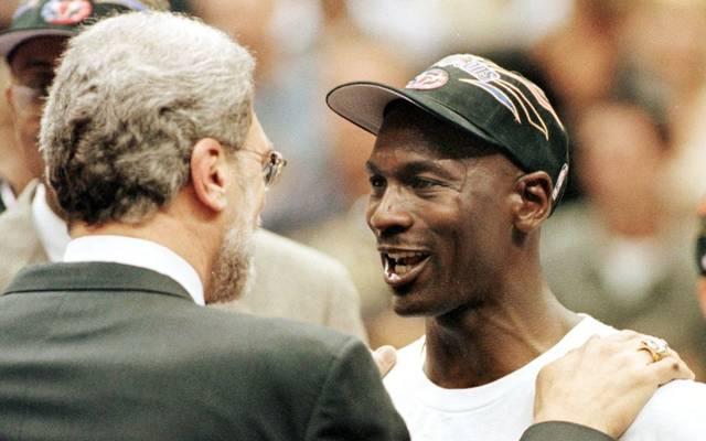 Michael Jordan (r.) gewann mit den Chicago Bulls  sechs Mal die NBA-Meisterschaft