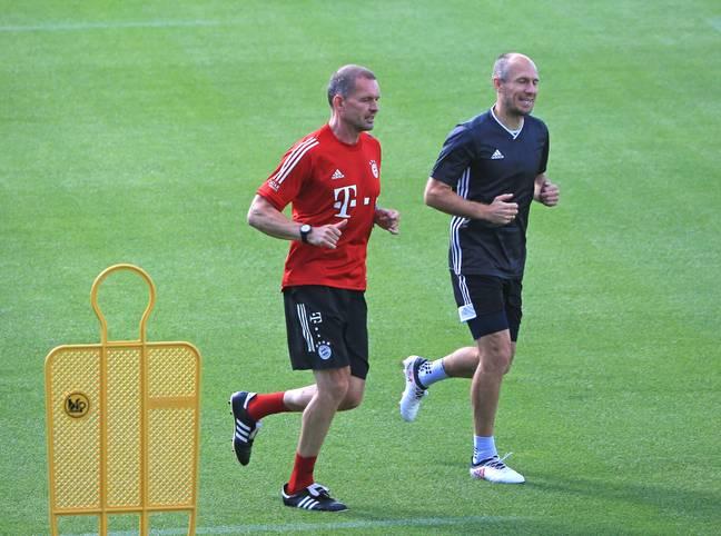 Das ist eine faustdicke Überraschung: Arjen Robben gibt sein Comeback im Profifußball. Mit 36 Jahren will er ein Jahr nach seinem eigentlichen Karriereende beim FC Bayern noch einmal seinem Jugendklub FC Groningen helfen. Da macht es im Nachhinein Sinn, dass sich Robben zuletzt in München fit hielt...