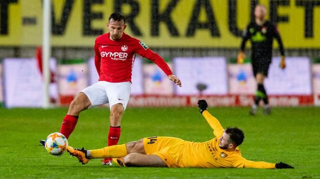 Der 1. FC Kaiserslautern (l.: Simon Skarlatidis) kam gegen Sonnenhof Großaspach nicht über ein 0:0 hinaus