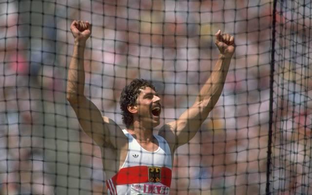 Jürgen Hingsen jubelt nach dem Diskuswurf im Zehnkampf bei den Olympischen Spielen 1984 in Los Angeles