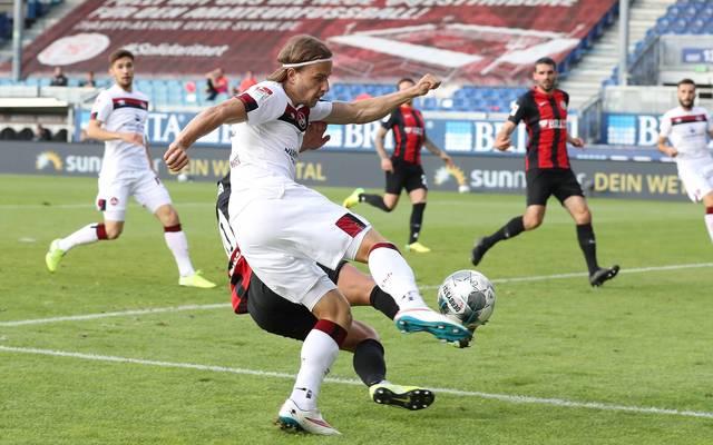 Dem 1. FC Nürnberg (in weiß) ist ein Befreiungsschlag im Abstiegskampf gelungen