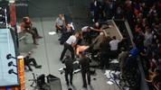 Brock Lesnar wurde beim WWE SummerSlam unter einem Kommentatorentisch begraben