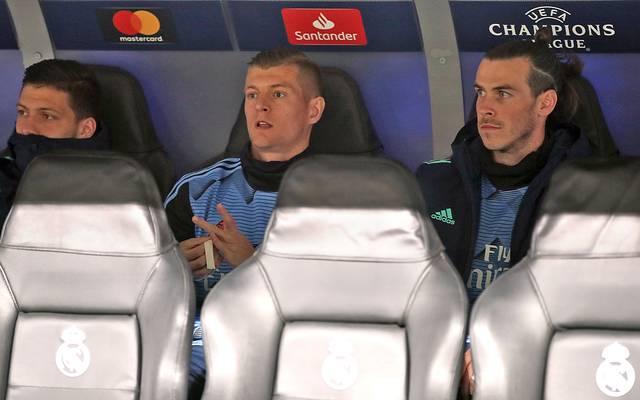 Toni Kroos (M.) schmorte gegen ManCity mit Gareth Bale (r.) und Co. auf der Real-Bank