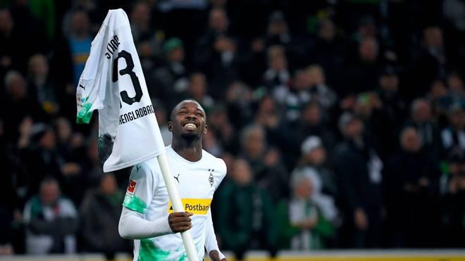 Thuram feiert Gladbachs 4:2-Sieg gegen Eintracht Frankfurt mit seinem Siegesritual