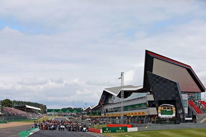 Die Formel 1 ist zurück in Silverstone. Beim Großen Preis von Großbritannien will Lokalmatador Lewis Hamilton eine neue Siegesserie starten. Sebastian Vettel muss von Startplatz 6 eine Aufholjagd starten. SPORT1 zeigt die Bilder des Rennens