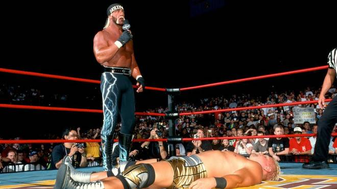 Hulk Hogan gab sich beim WCW Bash at the Beach 2000 irritiert