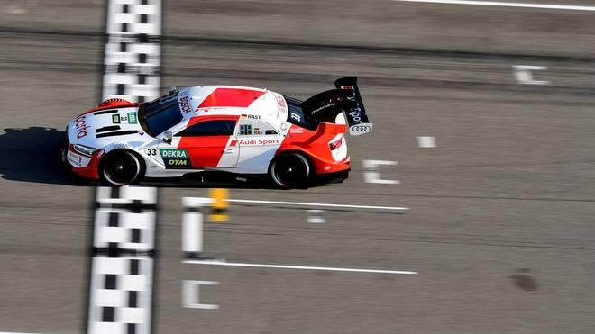René Rast fährt als zweiter über die Ziellinie
