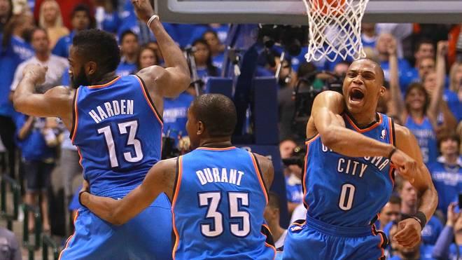 Doch das Verlieren lohnt sich für die Thunder. Mit Russell Westbrook (r.) und James Harden (l.) verstärkt man sich im Draft 2008 und 2009. 2010 trägt die Aufbauarbeit früchte. Mit einer Bilanz von 50-32 qualifizieren sich die Thunder für die Playoffs. Durant wird zum ersten mal zum All-Star ernannt. Mit 30 Punkten im Schnitt krönt er sich außerdem zum besten Scorer der Liga