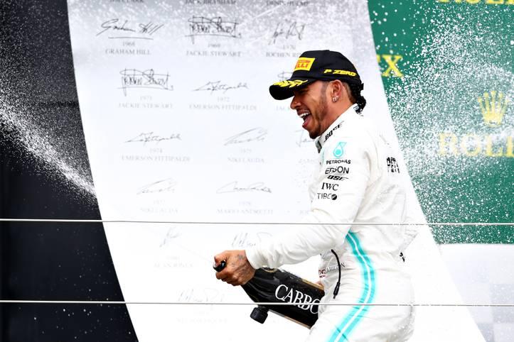 Mit seinem Erfolg in Silverstone macht Lewis Hamilton weiter Jagd auf den Rekord-Grand-Prix Gewinner Michael Schumacher. Mit seinem sechsten Erfolg auf Englands Traditionsstrecke krönt sich Hamilton nebenbei zum Rekord-Sieger in Silverstone