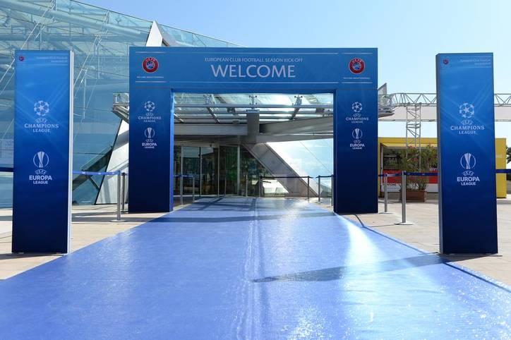 Die UEFA lädt nach Monaco! Hier ist das Wetter fantastisch und der Teppich blau. Dieser führt ins Grimaldi Forum, wo Europas Fußballer des Jahres gewählt und die Gruppenphase der Champions League ausgelost wird