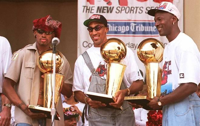 Dennis Rodman (l.), Scottie Pippen (M.) und Michael Jordan (r.) holten mit den Chicago Bulls 1998 ihren letzten Titel