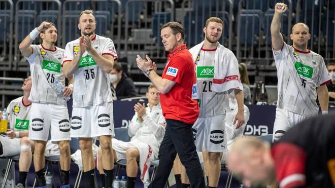 Bundestrainer Alfred Gislason (M.) war mit dem Auftritt seines Teams gegen Österreich zufrieden