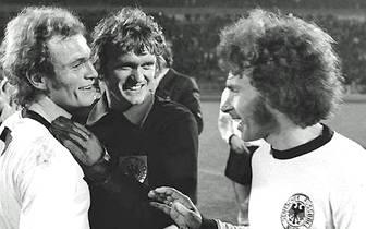 Auch die erste Berufung in die Nationalmannschaft lässt nicht lange auf sich warten. Am 29. März 1971 feiert der nun 19-Jährige beim Spiel gegen Ungarn seinen ersten Auftritt im Trikot des DFB-Teams